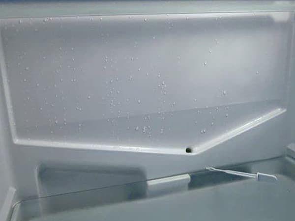Дренажное отверстие для слива конденсата в холодильной камере с капельной оттайкой