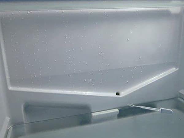 Чистка дренажного отверстия в холодильной камере с плачущим испарителем