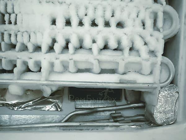 Снежная шуба на испарителе из-за неисправности таймера оттайки