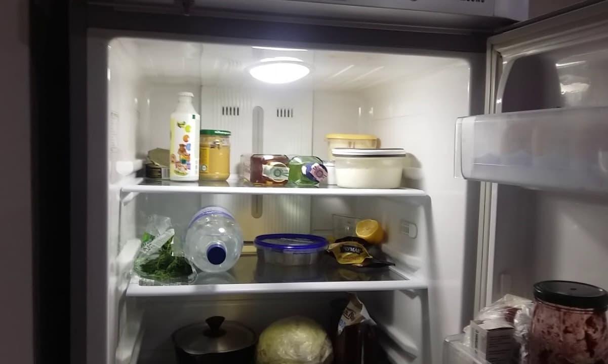 Холодильник не работает, но свет горит
