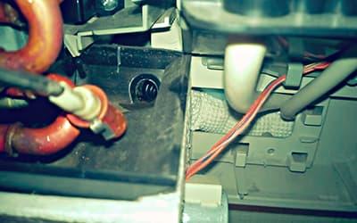 Дренажное отверстие в лотке для сбора конденсата сплит-системы
