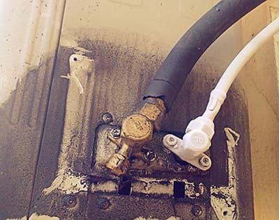 Снежная шуба на трубке высокого давления внешнего блока сплит-системы