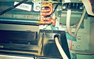 Прочистка дренажной трассы кондиционера кабелем