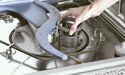 Чистим фильтры в посудомойке