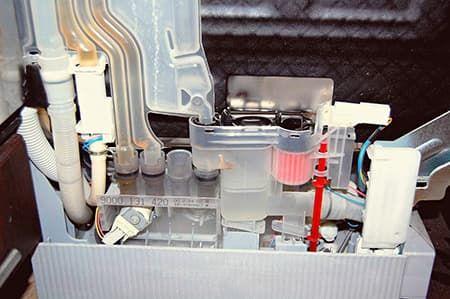 Посудомоечная машина набирает и сразу сливает воду