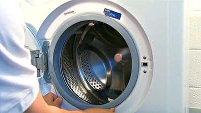 Крепим другой край манжеты внешним хомутом к корпусу стиральной машины