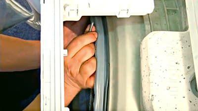 Крепим уплотнительную резинку внутренним хомутом к баку