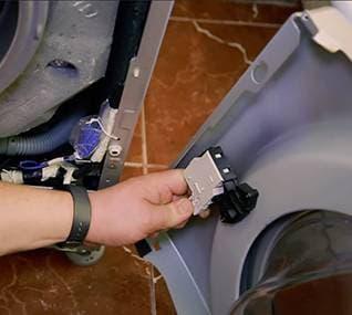 Отключаем питание замка (устройства блокировки люка)
