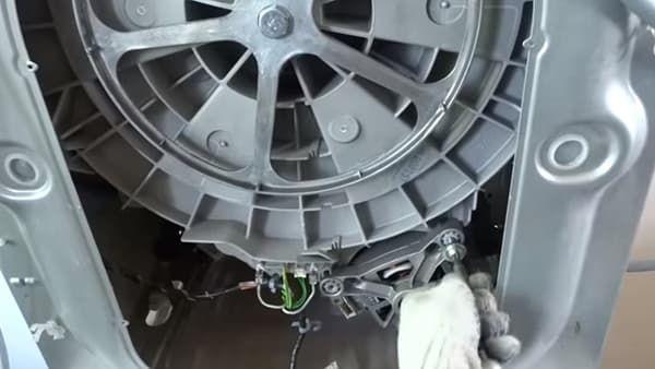 Выкручиваем болты, которые удерживают двигатель