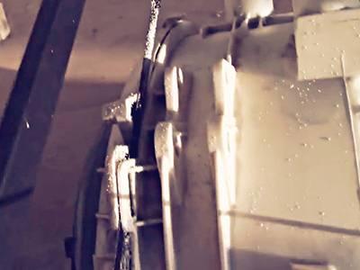 Распиливаем бак стиральной машины ножовкой по шву