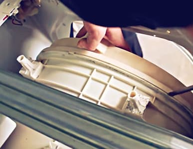 Поддеваем отвёрткой, чтобы снять заднюю крышку бака стиральной машины Indesit
