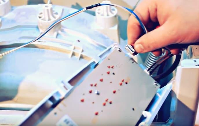 Отсоединяем проводку платы управления стиральной машины