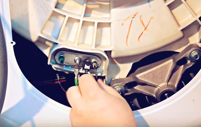 Отсоединяем проводку ТЭНа стиральной машины