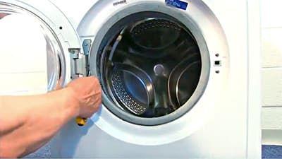 Снимаем внешний хомут, он крепит манжету люка к корпусу стиральной машины
