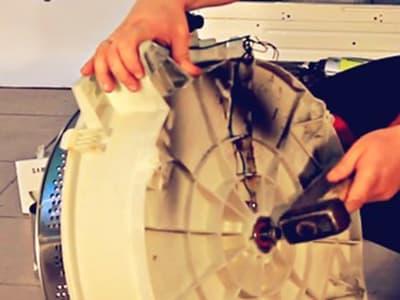 Выбиваем барабан из заднего полубака стиральной машины