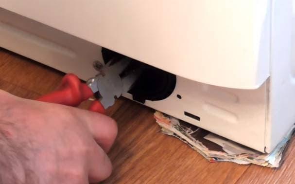 снятие фильтра для слива плоскогубцами