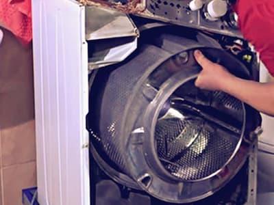 Извлекаем барабан стиральной машины через переднюю часть