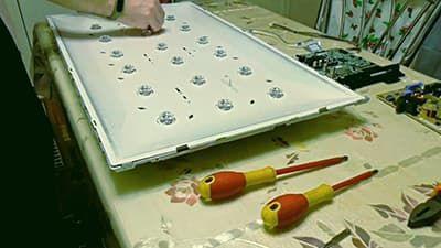 Отщёлкиваем защёлки, которые крепят лист отражатель