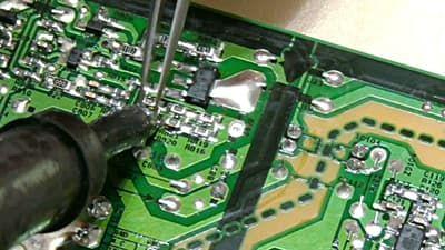Выпаиваем резистор для снижения тока на подсветку, это увеличит срок её службы