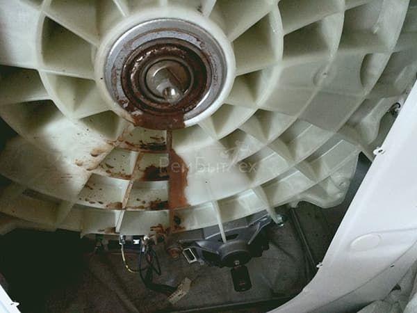 Ржавые подтеки на баке стиральной машины от подшипников