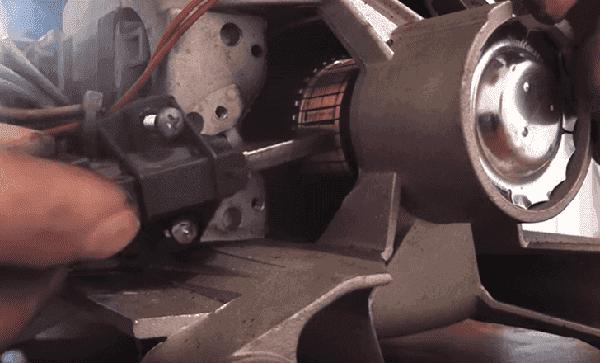Щетки прилегают к коллектору мотора
